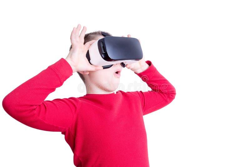 Niño fascinado con sus vidrios de la realidad virtual imágenes de archivo libres de regalías