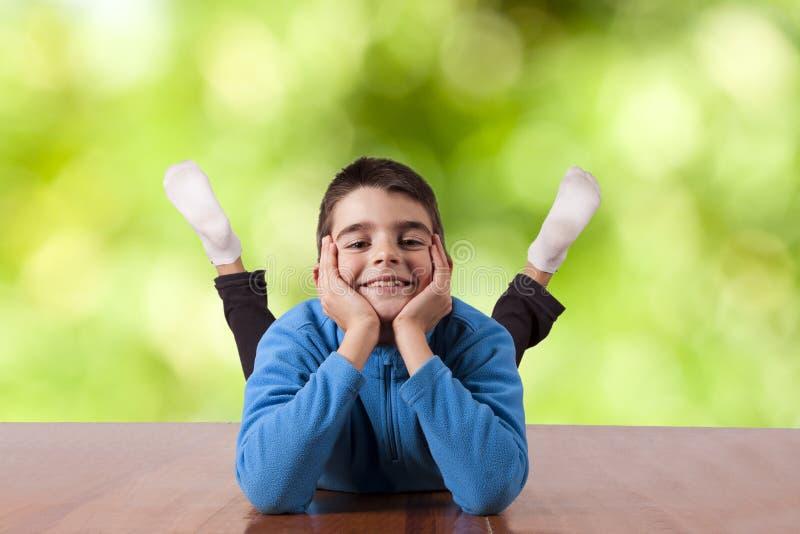 Niño feliz al aire libre fotos de archivo libres de regalías