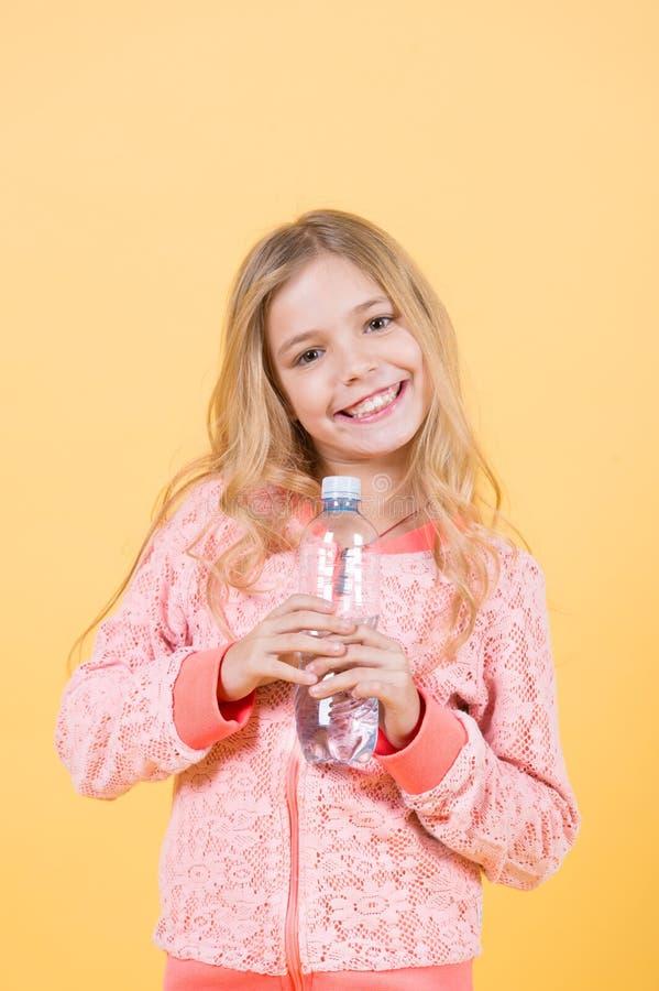 Niño feliz con el agua potable imagen de archivo