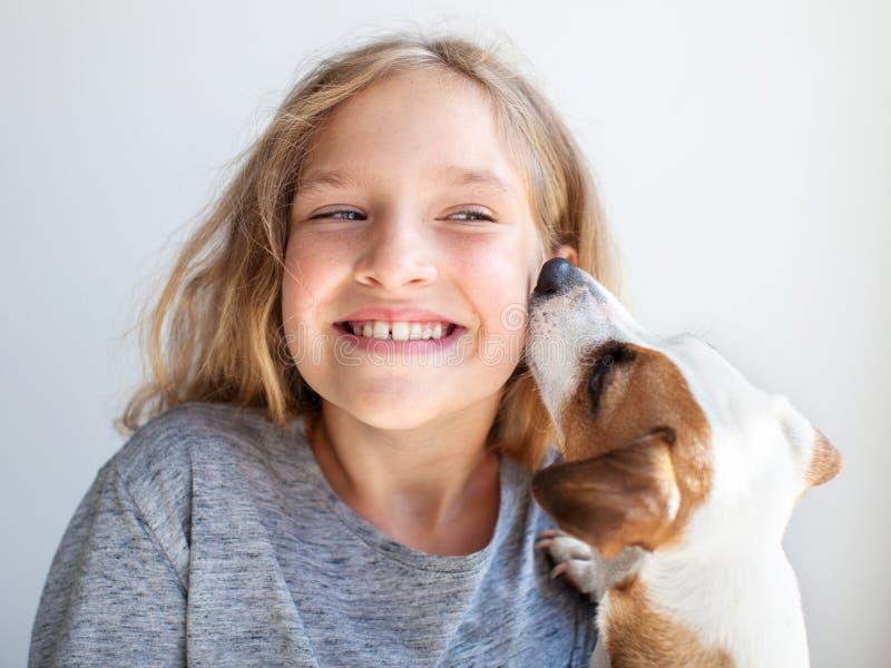 Niño feliz con el perro imagenes de archivo