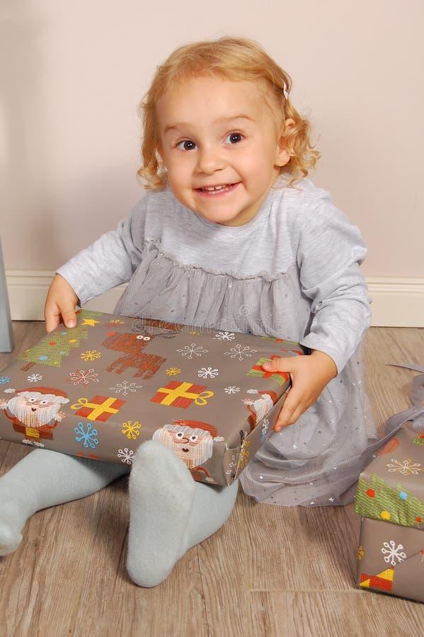Niño feliz con el rectángulo de regalo imágenes de archivo libres de regalías