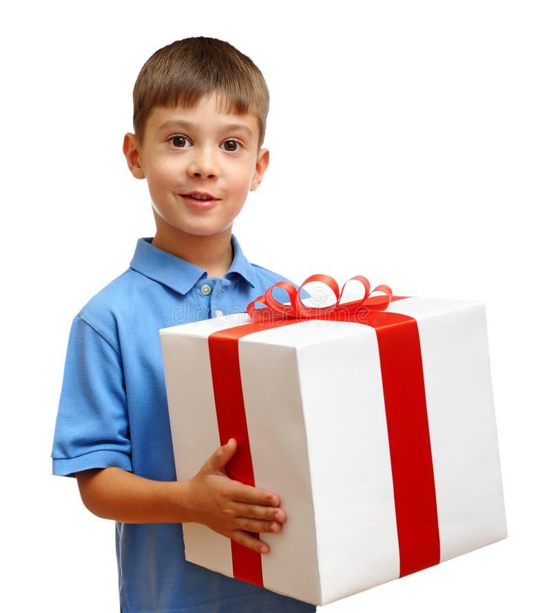 Niño feliz con el rectángulo de regalo fotos de archivo