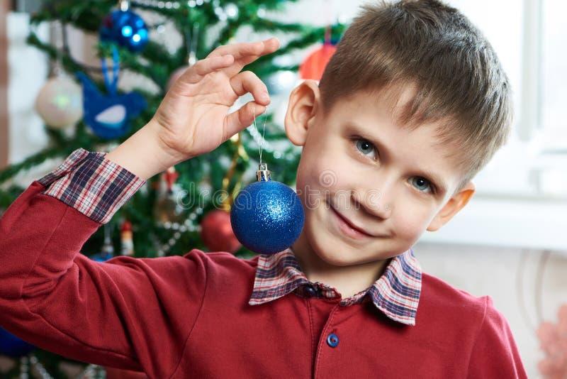 Niño feliz con la bola del juguete de la Navidad fotos de archivo libres de regalías