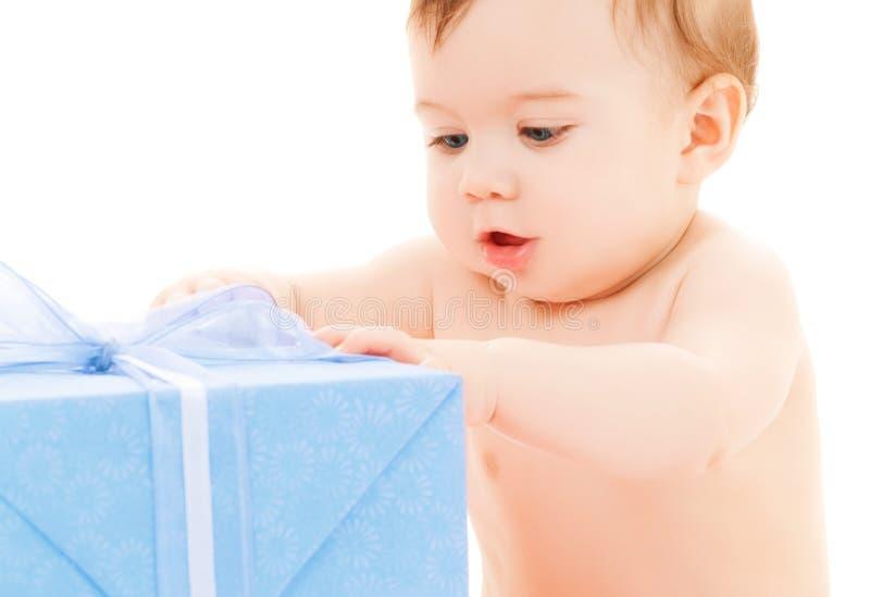Niño feliz con la caja de regalo imagenes de archivo