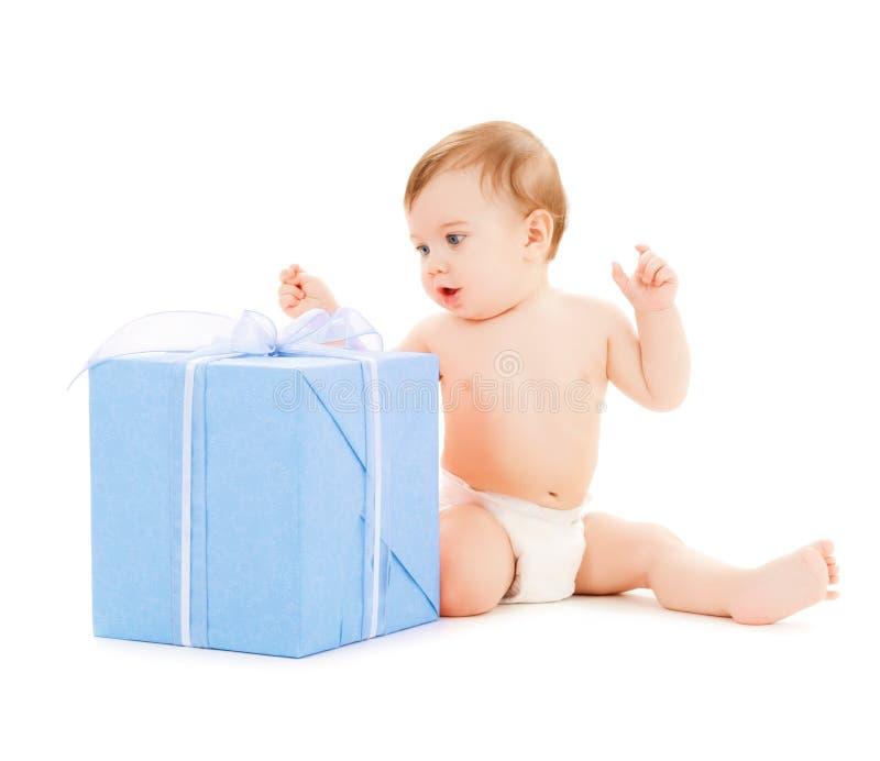 Niño feliz con la caja de regalo fotografía de archivo libre de regalías