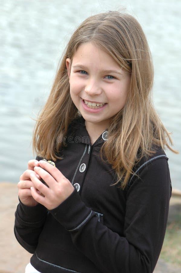 Niño feliz con la tortuga fotos de archivo