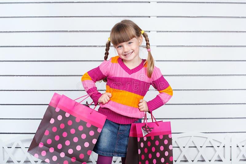Niño feliz con los panieres. Ella está disfrutando de los regalos y de los días de fiesta imagenes de archivo