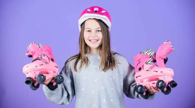 Niño feliz con los pcteres de ruedas freestyle Éxito del deporte Pequeña bailarina Salud y energía de la aptitud entrenamiento de foto de archivo