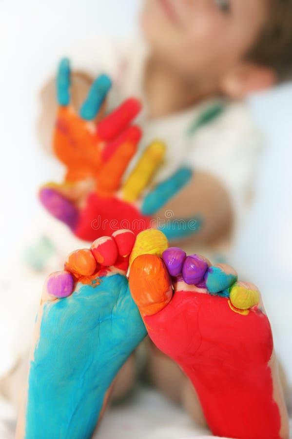 Niño feliz con los pies y las manos pintados imagen de archivo libre de regalías