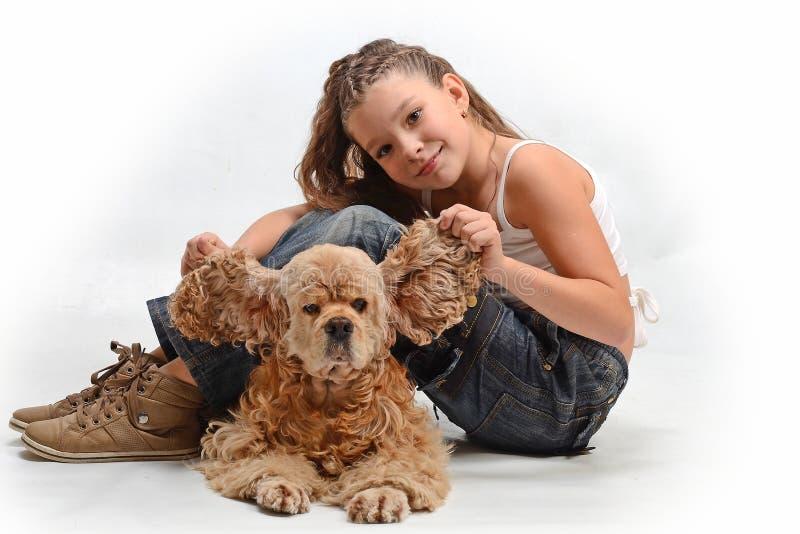 Niño feliz con un perro fotos de archivo