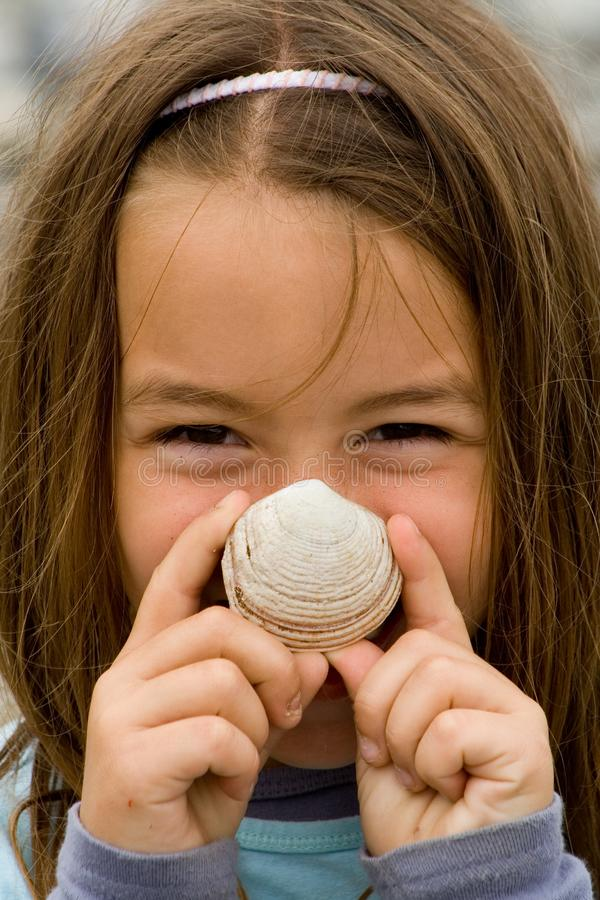 Niño feliz con una concha marina imágenes de archivo libres de regalías