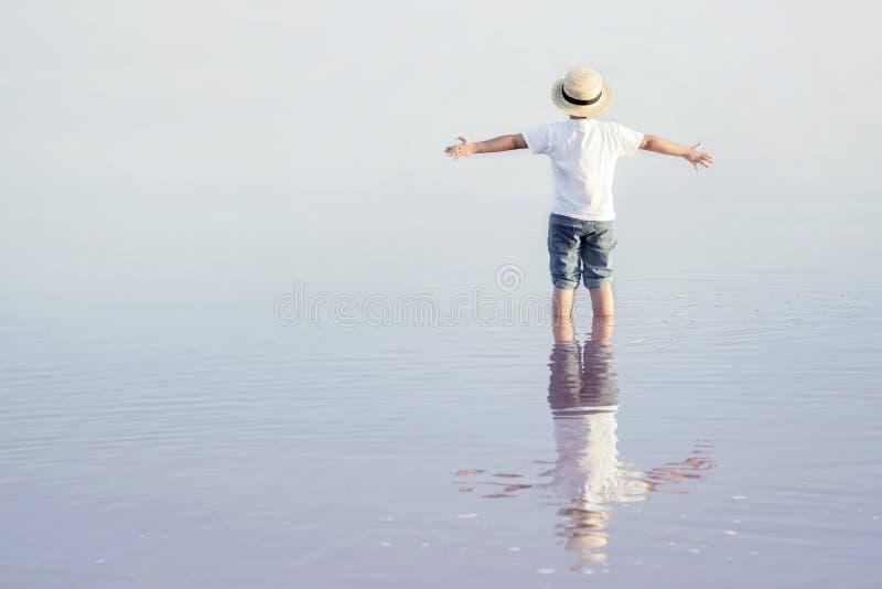 Niño feliz en el mar imágenes de archivo libres de regalías
