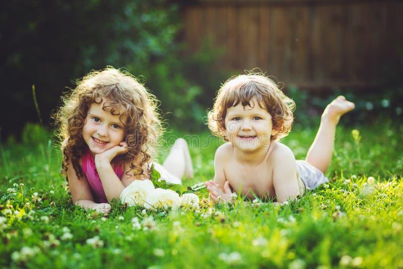 Niño feliz en el parque Filtro de Instagram foto de archivo