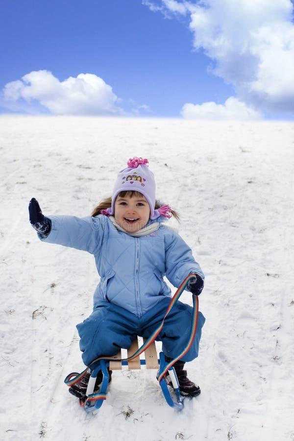 Niño feliz en el trineo imagen de archivo