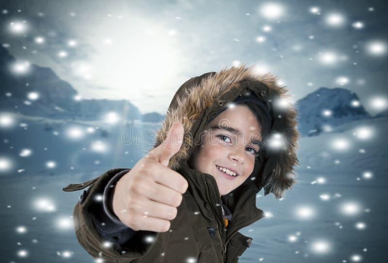 Niño feliz en la nieve imagen de archivo libre de regalías