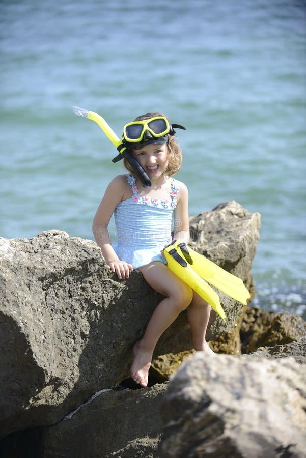 Niño feliz en la playa con el tubo respirador fotos de archivo libres de regalías