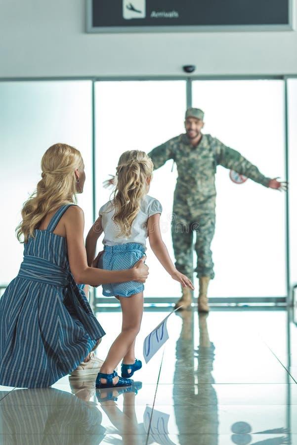 Niño feliz que corre para engendrar en uniforme militar imagenes de archivo