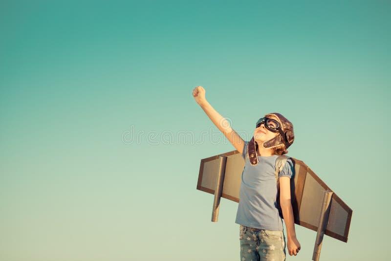 Niño feliz que juega al aire libre imágenes de archivo libres de regalías