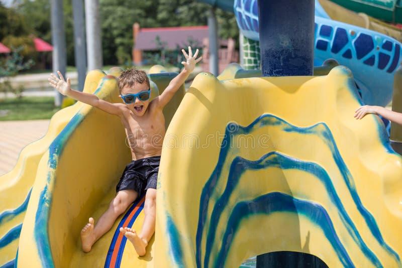 Niño feliz que juega en la piscina en el tiempo del día imagen de archivo libre de regalías