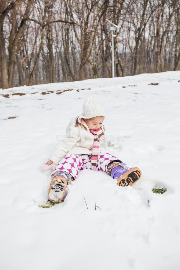Niño feliz que juega en nieve en el parque en el día de invierno fotos de archivo libres de regalías