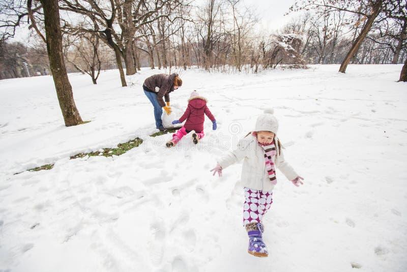 Niño feliz que juega en nieve en el parque en el día de invierno imágenes de archivo libres de regalías