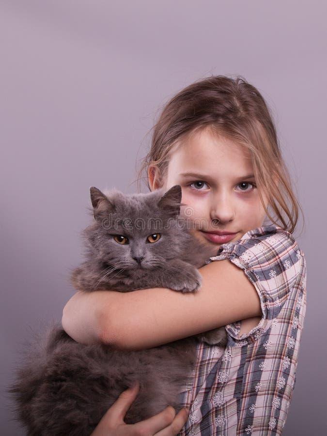Retrato de un niño feliz con un gato foto de archivo libre de regalías