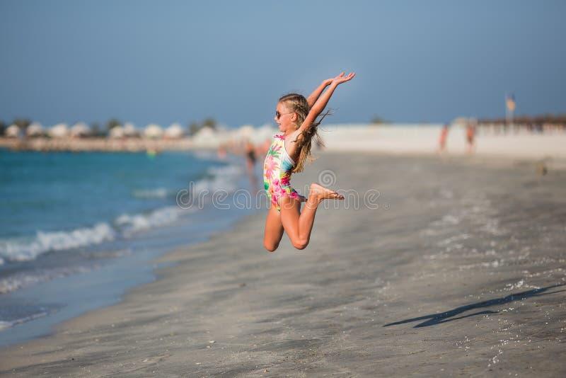 Niño feliz que salta en vacaciones de verano en la playa tropical exótica fotografía de archivo libre de regalías