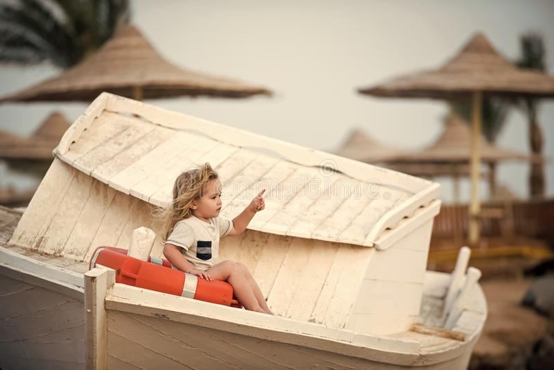 Niño feliz que se divierte Niño pequeño del niño poco que se sienta en boya de vida en el barco fotografía de archivo libre de regalías