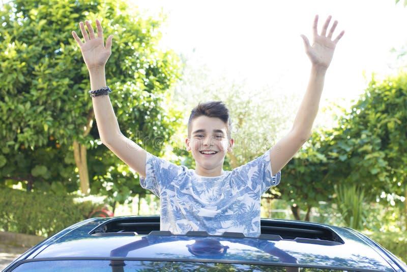 Niño feliz que sonríe en el coche fotos de archivo