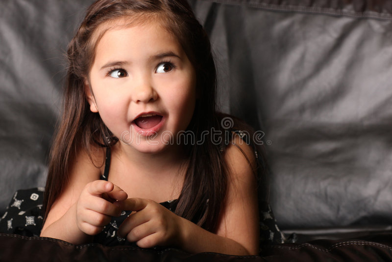 Niño femenino joven que habla y que mira para arriba fotos de archivo libres de regalías