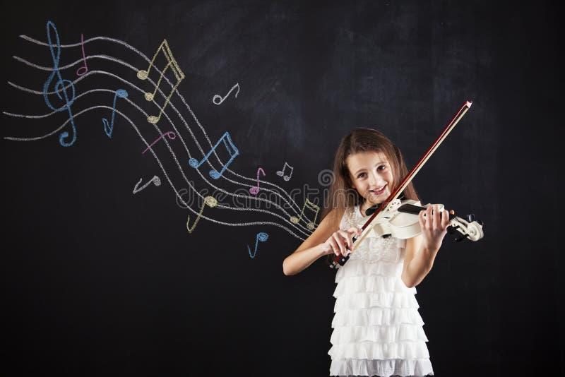 Niño femenino que toca el violín fotos de archivo