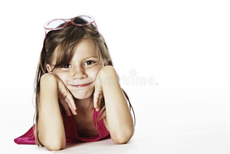 Niño fresco con sunglases en estudio foto de archivo