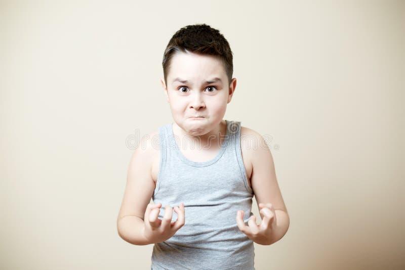 Niño furioso imagenes de archivo