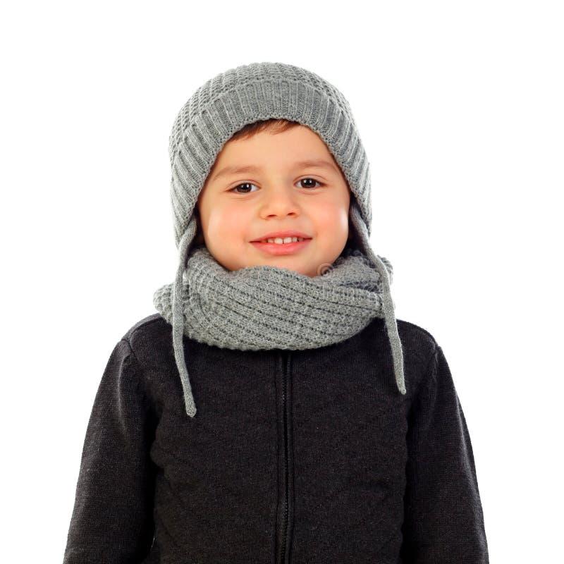 Niño hermoso con la bufanda y la capa de las lanas fotografía de archivo libre de regalías