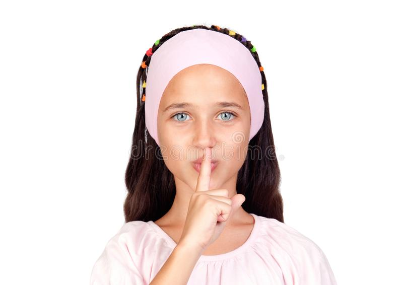 Niño hermoso con siete años que cubren su boca con ella imagen de archivo libre de regalías
