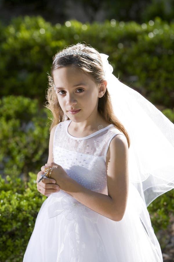 Niño hermoso en el rosario blanco de la explotación agrícola de la alineada foto de archivo libre de regalías
