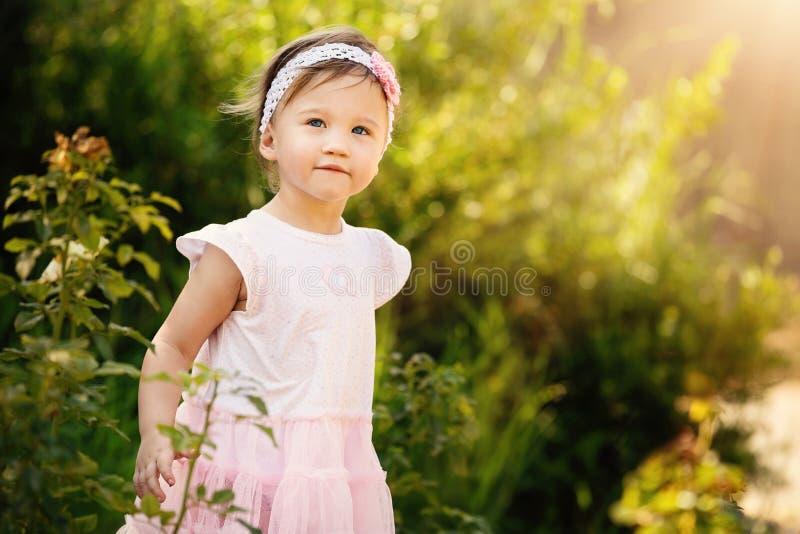 Niño hermoso en jardín imagen de archivo