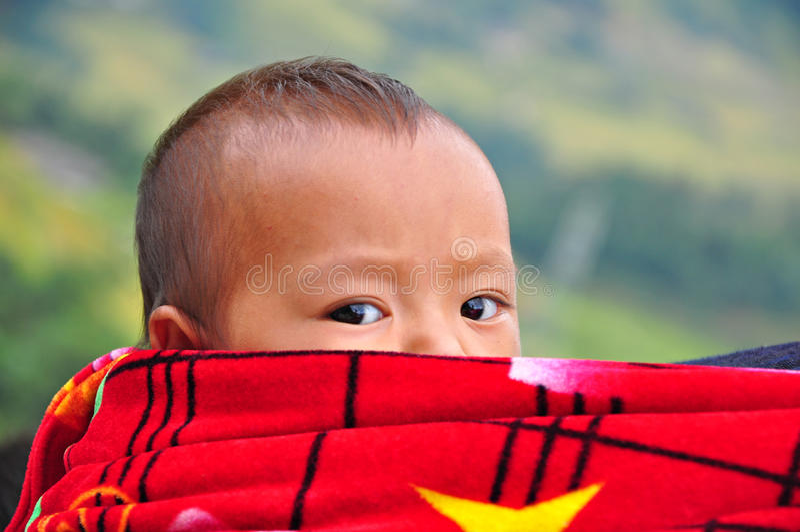 Niño Hmong en Sapa, Vietnam imagen de archivo
