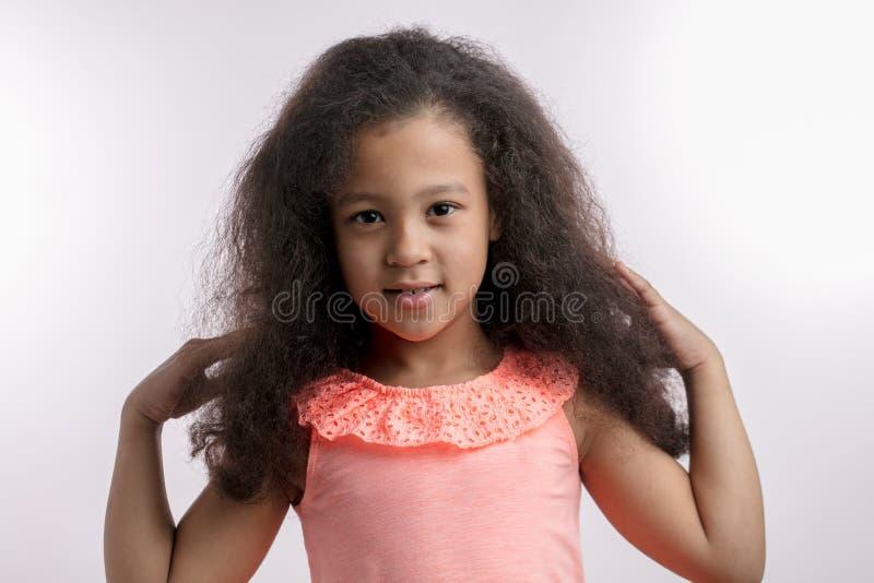Niño impresionante con el nuevo peinado después del salón del balneario imagen de archivo