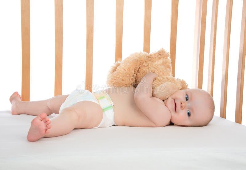 Niño infantil del bebé del niño que miente en cama fotos de archivo libres de regalías