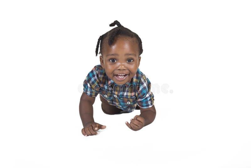 Niño joven aislado contra un fondo blanco imagen de archivo libre de regalías