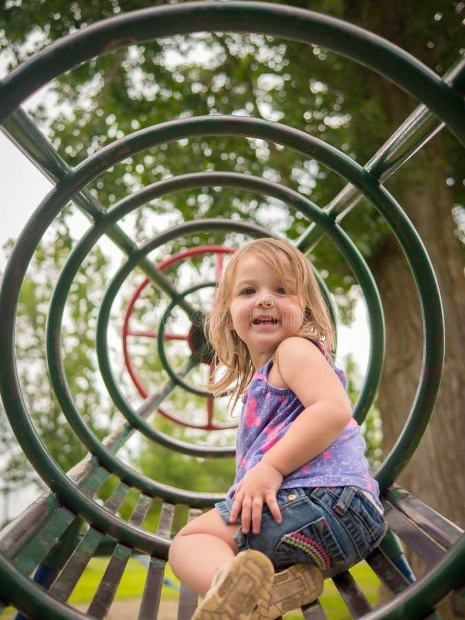 Niño joven en el patio imágenes de archivo libres de regalías
