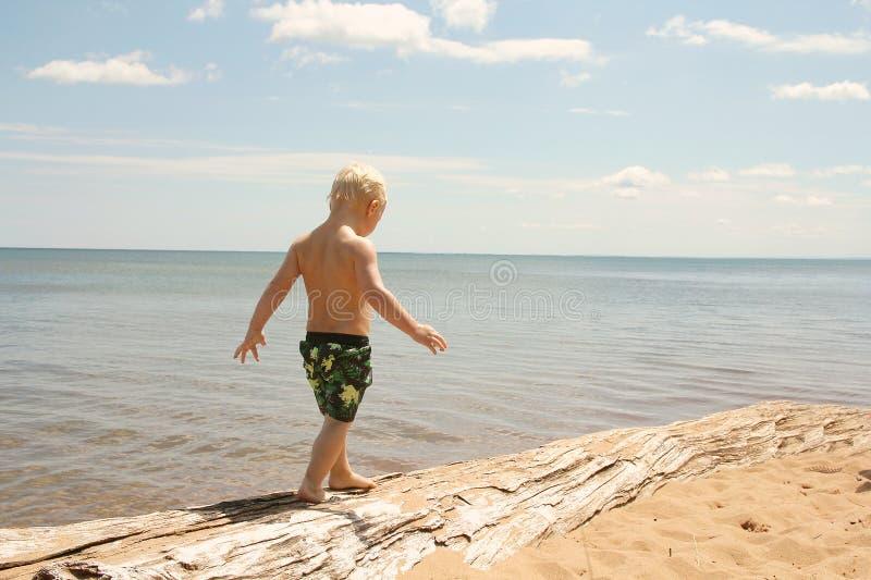 Niño joven que camina en la playa imagen de archivo libre de regalías