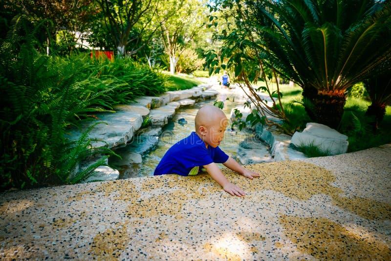 Niño joven que juega afuera en el río foto de archivo libre de regalías