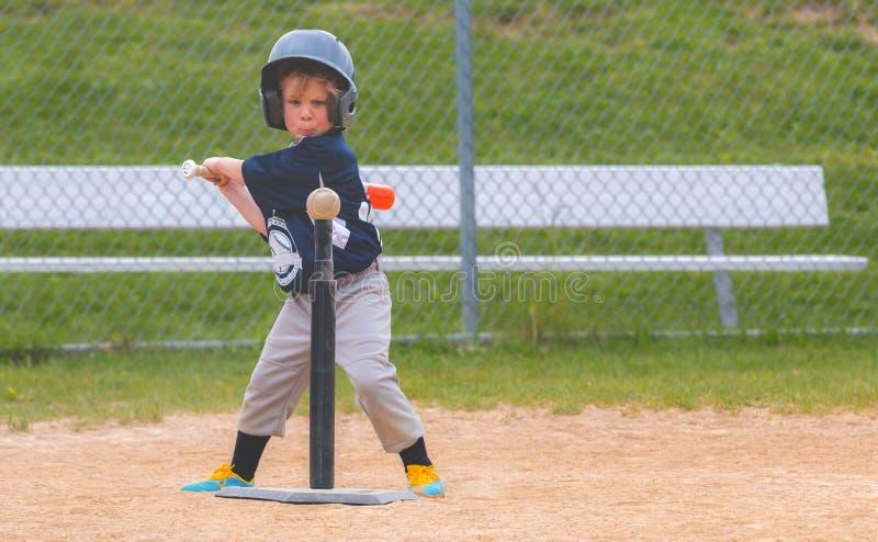 Niño joven que juega a béisbol imagenes de archivo