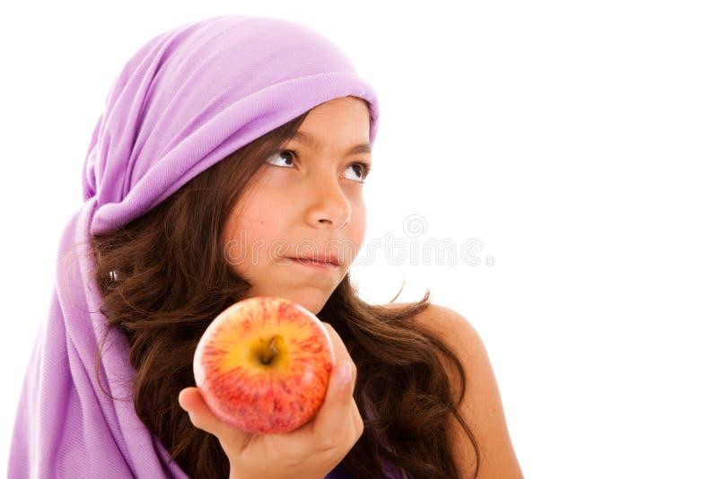 Niño joven que muestra una manzana roja foto de archivo