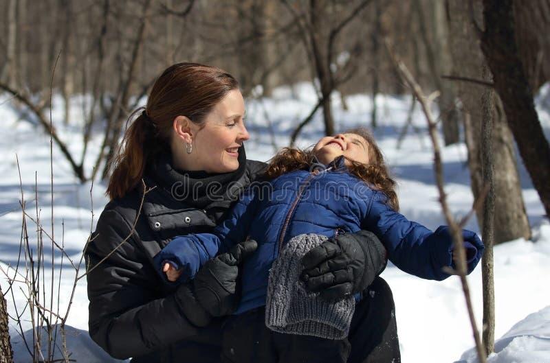Niño joven y su madre al aire libre durante invierno fotos de archivo libres de regalías