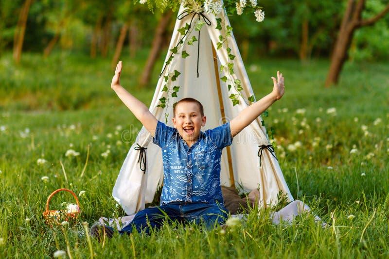 Niño, libertad, aire fresco de respiración fotos de archivo