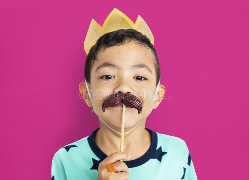 Niño lindo alegre que tiene concepto de la diversión fotografía de archivo libre de regalías