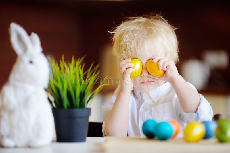 Niño lindo del niño que juega con los huevos de Pascua el día de Pascua fotografía de archivo